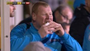 ¡Apostaron a que se comía un sándwich en cancha! (VIDEO)