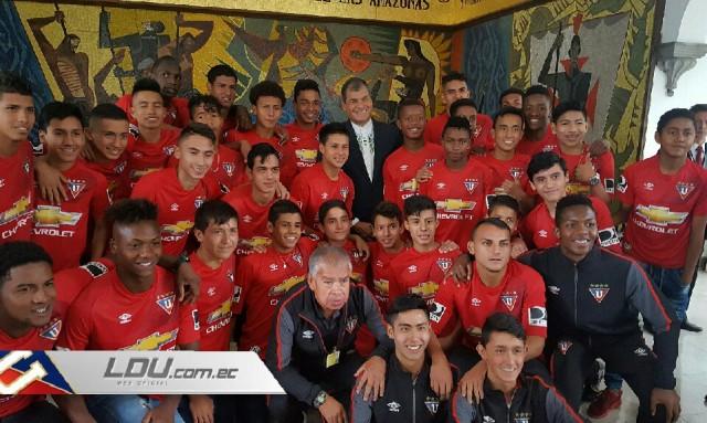 Rafael Correa y niños LDU