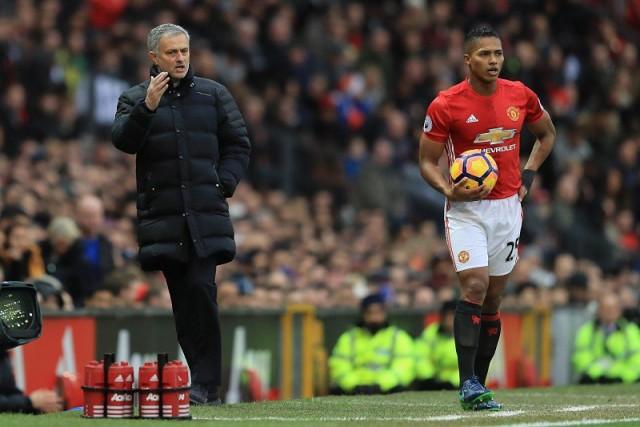 José Mourinho y Antonio Valencia 4