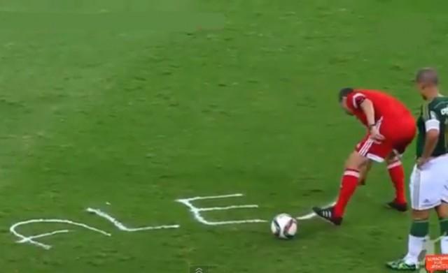 Buen gesto del árbitro en despedida de Alex