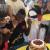 No se salvó de morder el pastel (VIDEO)